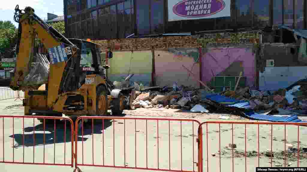 За словами робітників, після знесення павільйонів почнеться демонтаж основної будівлі торгового центру