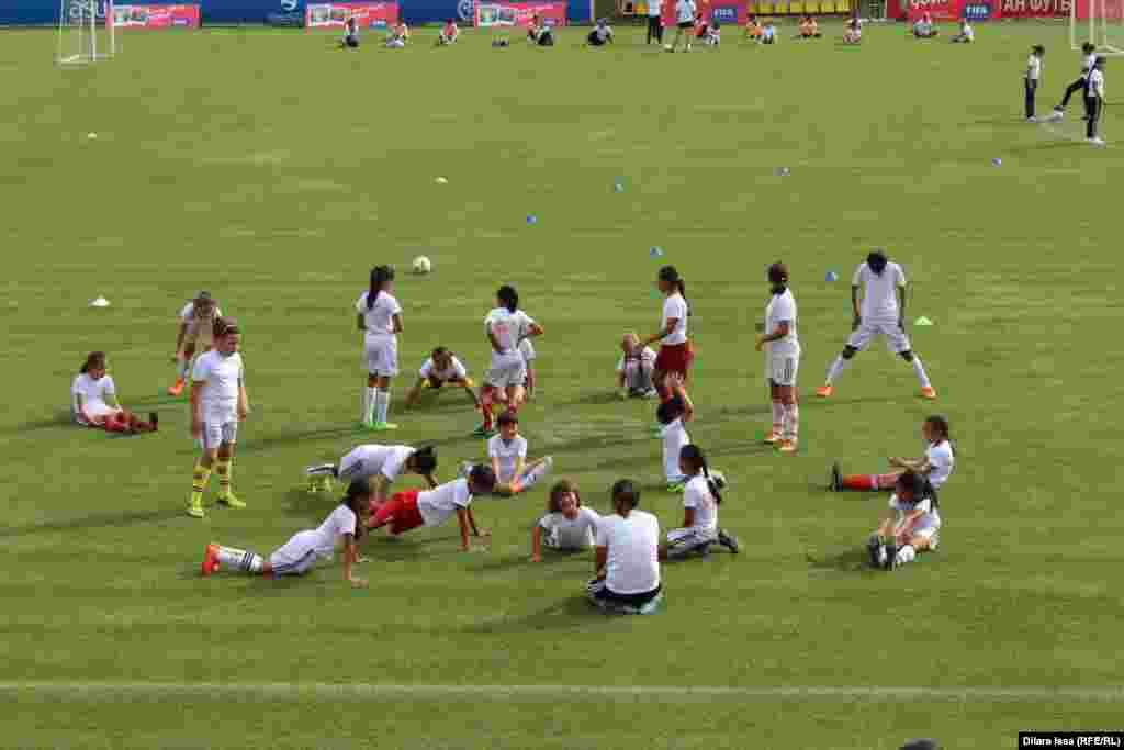 Live Your Goals футбол фестиваліне қатысушы оқушы қыздар.