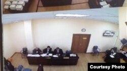 На экране монитора — вид с одной из камер наблюдения, установленных в зале суда, где с показаниями выступает председатель Союза журналистов Казахстана Сейтказы Матаев. Астана, 22 сентября 2016 года.