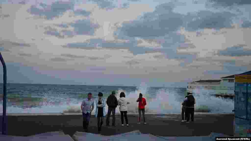 Люди спостерігають за хвилями