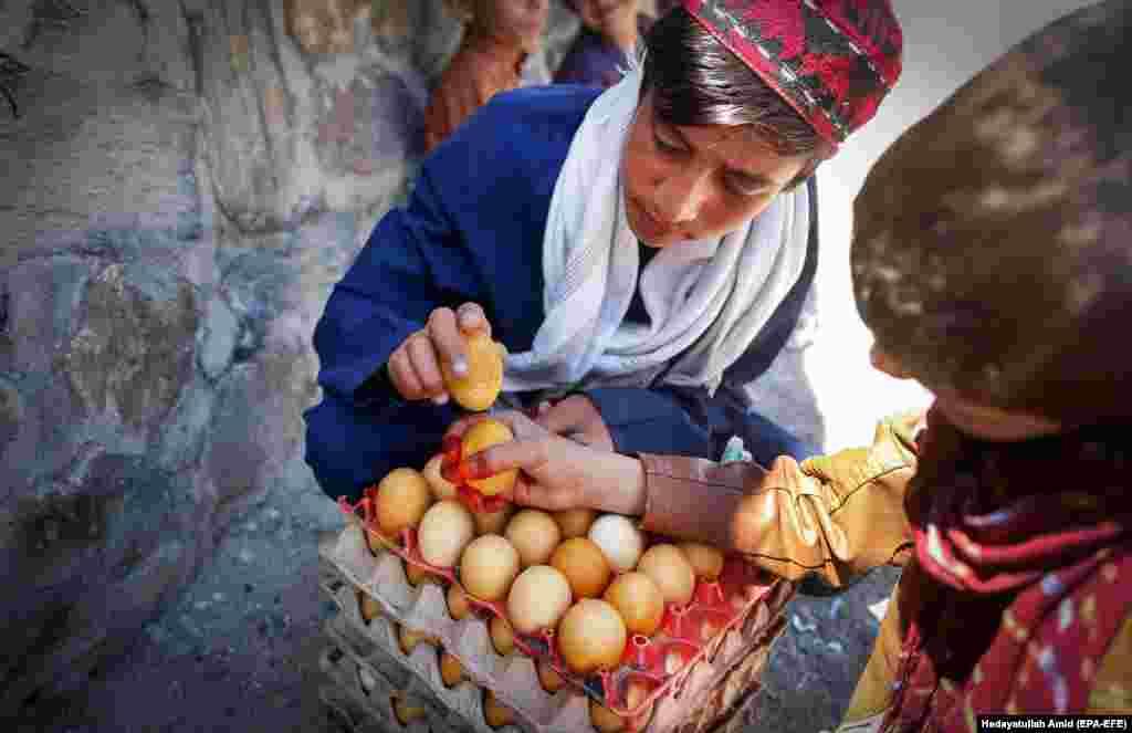 Әфганстан башкаласында малайлар Ураза гаетен бәйрәм итә