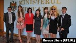 Maia Sandu (în costum roşu) şi Igor Grosu (stânga) cu liceenii care au susţinut toate examenele pe nota 10