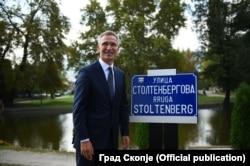 Stoltenberg je u Skoplju otkrio ploču sa nazivom ulice po njegovom ocu Torvaldu, koji je bio i specijalni predstavnik generalnog sekretara UN za bivšu Jugoslaviju
