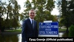 Генералниот секретар Јенс Столтенберг до знакот на новоименувата улица во Скопје, улица Столтенбергова