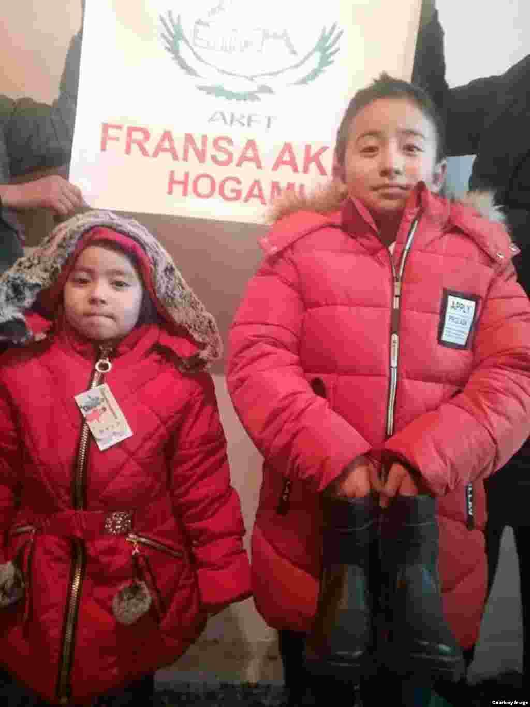 Дети в Баян-Улгийском округе Монголии в новой одежде, купленной на средства, переданные казахами из Франции.
