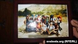 Батько тримає фотографію з туристичної подорожі Олеся
