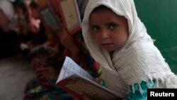 Pakistanda mədrəsədə Razaman ayı boyuncə qızlara Quranın qısaldılmış versiyaları öyrədilir