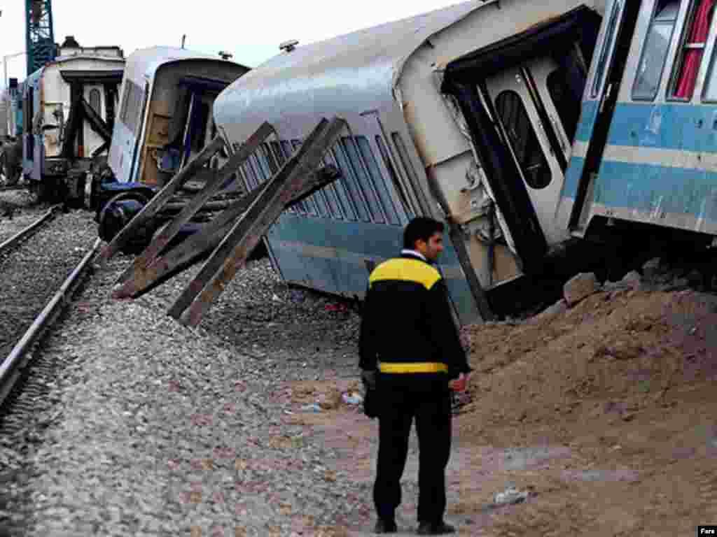 و قطاری که از ریل خارج شد