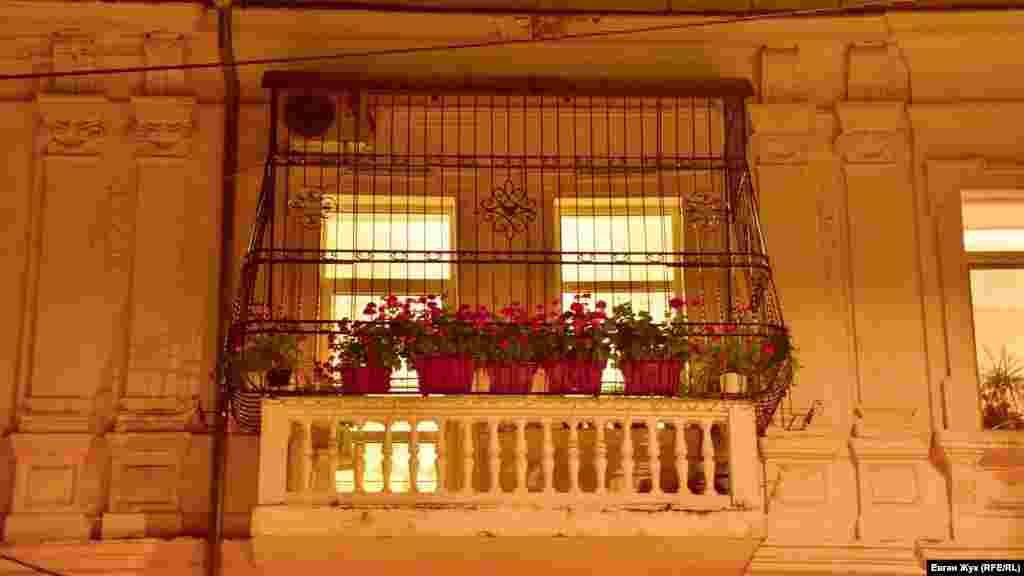 Цветы на балконе «прячутся» за ограждением