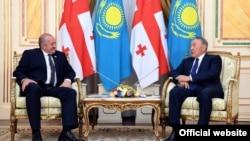 Президент Казахстана Нурсултан Назарбаев (справа) на встрече с президентом Грузии Георгием Маргвелашвили. Астана, 13 июня 2017 года.