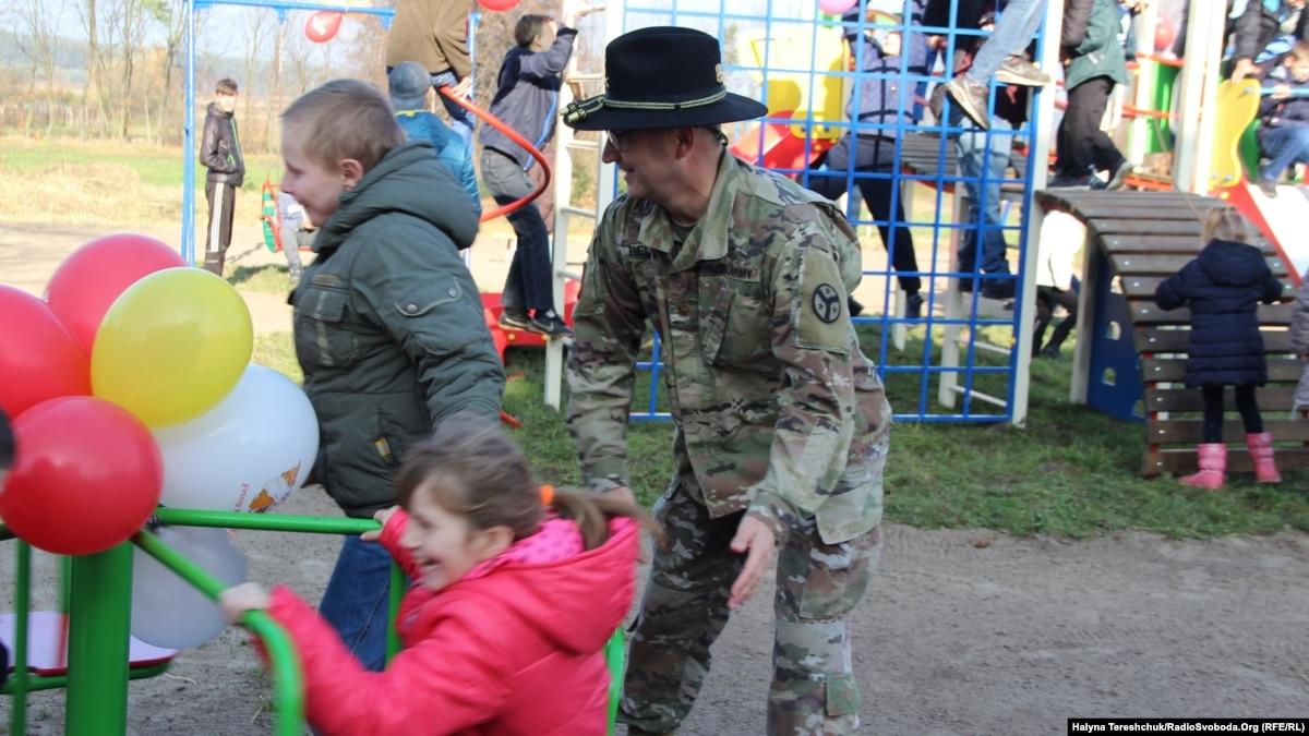 Военнослужащие США в свободное от службы время помогают украинским детям