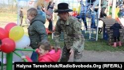 Діти мають новий майданчик. Львівщина, селище Краковець, 7 листопада 2018 року