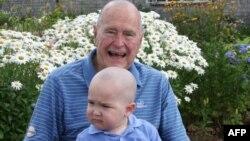 Джордж Буш c больным ребенком на руках, 24 июля 2013 г.