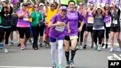 Гарієт Томпсон фінішує в марафоні у Сан-Дієго, 31 травня 2015 року