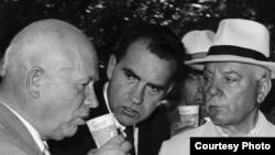 Nikita Hruşew Mokskwadaky amerikan sergisinide Pepsi içýär we ABŞ-niň wise-prezidenti Riçard Nikson oňa seredýär, 1959-njy ýylyň iýul aýy.