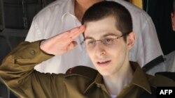 Израелскиот војник Гилад Шалит по ослободувањето од заробеништво