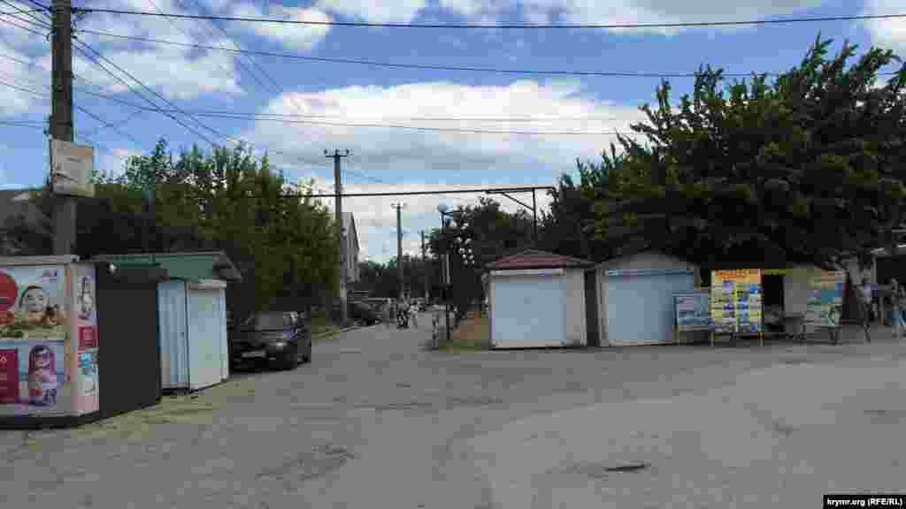 Рыночная площадь курортого поселка Николаевка Симферопольского района пуста