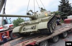 Пророссийские сепаратисты забирают танк из музея Второй мировой войны, 7 июля 2014 года