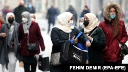 Жени со маски за лице во Сараево