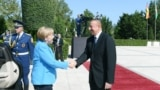 German kansleri Angela Merkel prezident Ylham Alyýew bilen görüşýär. Baku, 25-nji awgust, 2018.