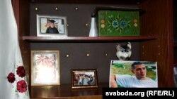Фотографії Олеся у шафі батьків