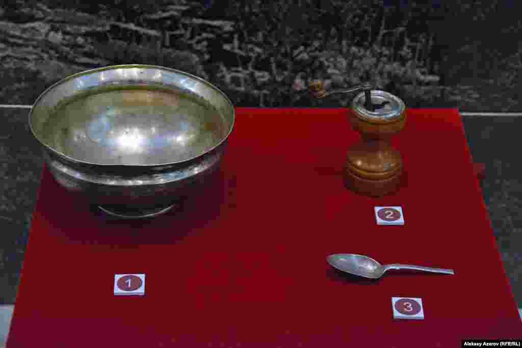 Музей экспонаттары арасында Уәлихановтар отбасының жеке заттары да бар. Мысалы, мұнда мыстан жасалған ыдыс, бұрыш ұнтақтағыш, шай қасық сақтаулы.