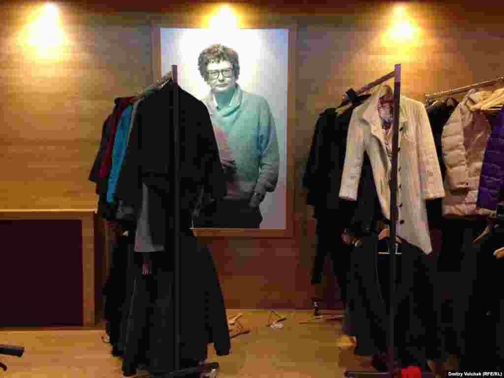 Основатель Роттердамского фестиваля Хуберт Балс взирает из гардероба
