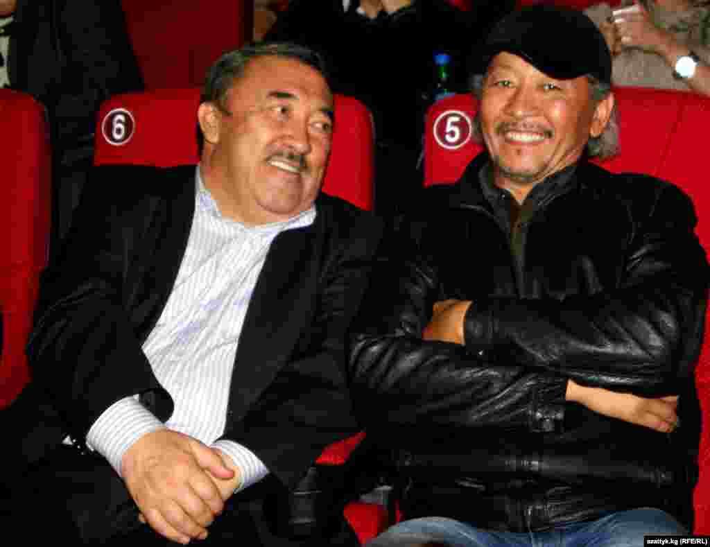 Известный кыргызский кинорежиссер Эрнест Абдыжапаров (справа)