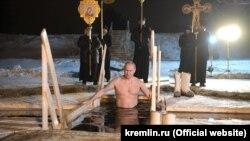Владимир Путин в крещенской купели, архивное фото
