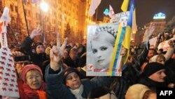 """Киевте """"қызғылт-сары төңкерістің"""" жеті жылдығын атап өтіп жатқан адамдар. Украина, 22 қараша, 2011 жыл."""