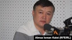 """Ахматбек Келдибеков в бишкекской студии Радио """"Азаттык"""", 24 июля 2012 года."""