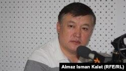 """Акматбек Келдибеков """"Азаттык"""" радиосунун студиясында. 2012-жыл."""