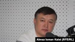 """Ахматбек Келдибеков в студии радио """"Азаттык"""". 2012 год."""