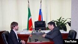 Адам Таипов на встрече с Исой Хаджимурадовым (ЧГТРК)