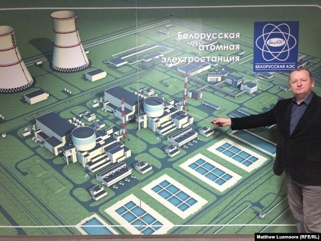 Eduard Svirid pokazuje mapu nuklearne elektrane u informacionom centru projekta u Astravecu.
