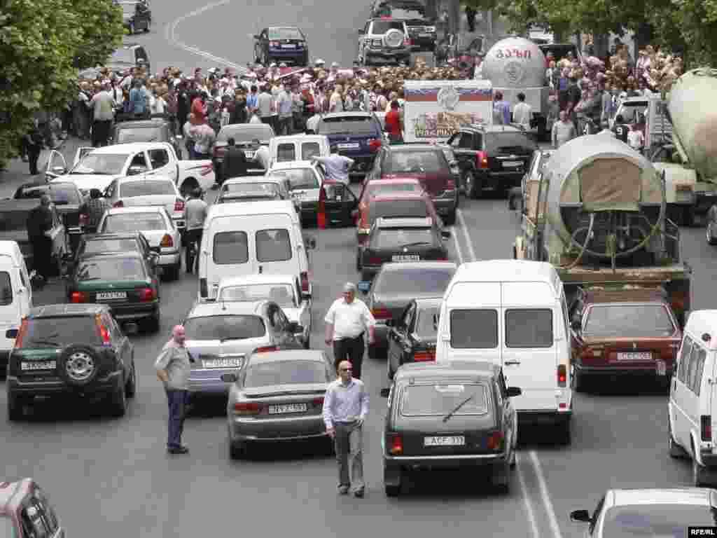 Грузинская оппозиция блокировала движение по набережным реки Кура в центре Тбилиси - Грузинская оппозиция блокировала движение по набережным реки Кура в центре Тбилиси