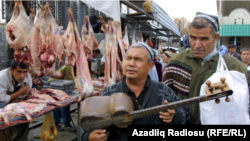 Daşkənd bazarında gözdən əlil ifaçı tar çalmaqla pul qazanır
