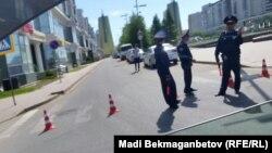 Астана көшесіндегі полицейлер. Астана, 21 мамыр 2016 жыл.