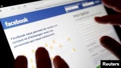 Планшет с открытой страницей соцсети Facebook. Иллюстративное фото.