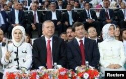 Tayyip Erdoğan və Ahmet Davutoğlu həyat yoldaşları ilə birgə