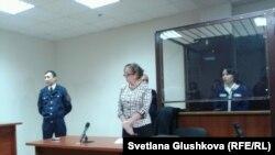 Анар Мешімбаева сот үкімін естіп тұр. Астана, 14 ақпан 2014 жыл.