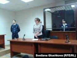 Экс-глава статагентства Анар Мешимбаева (справа) слушает свой приговор. Астана, 14 февраля 2014 года.