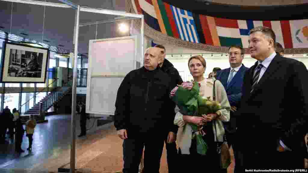 У відкритті виставки взяли участь (зліва направо) секретар РНБО Олександр Турчинов,мама Аміни – Ірина Камінська, міністр внутрішніх справ Арсен Аваков