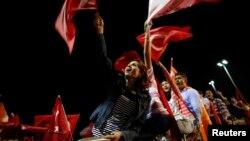 Режеп Тайып Ердоған әуежайда күтіп тұрған қолдаушылары. Стамбул, 7 маусым 2013 жыл.