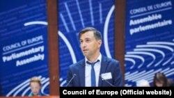 """Ivan Đurić iz Inicijative mladih za ljudska prava na dodeli nagrade """"Vaclav Havel"""" za ljudska prava Saveta Evrope"""