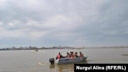 Люди в лодке в районе подтопления в Северо-Казахстанской области. 27 апреля 2017 года.