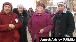Облустук акимчиликтин алдына чыккандардын бир тобу. Баткен, 30-январь, 2013.