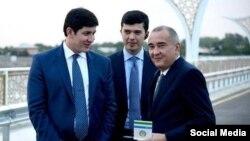 Шавкат Мирзияевтің күйеу баласы, президент қауіпсіздігі қызметі төрағасының орынбасары Отабек Омаров (сол жақта).