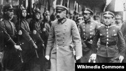 Юзаф Пілсудскі, (у цэнтры), Менск, кадр кінахронікі