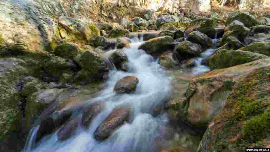 Гірська річка Коккозка – одна з найпривабливіших для пішохідних туристів водойм півострова. Як змінилося життя на околицях Соколиного – дивіться у фоторепортажі